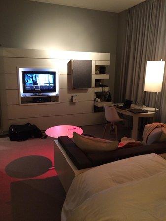 Sofitel Hamburg Alter Wall : Bett, Sitzecke und Fernseher