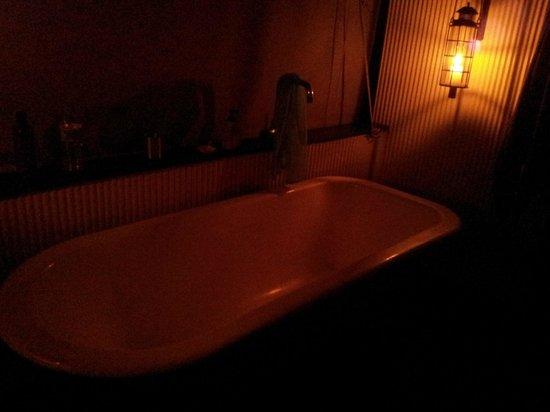 Paperbark Camp : candlelit bubble bath