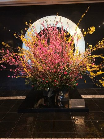 Hotel New Otani Tokyo The Main: Floral display at entrance of Hotel New Otani