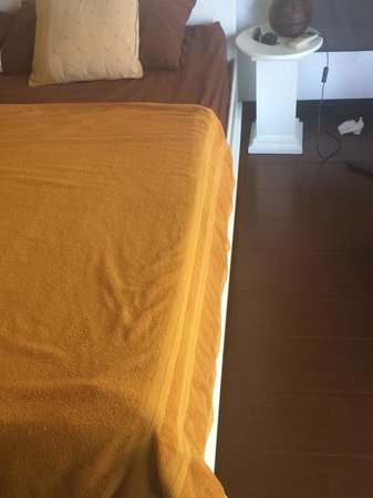 Haad Gruad Beach Resort & Spa: Towels instead of sheets???