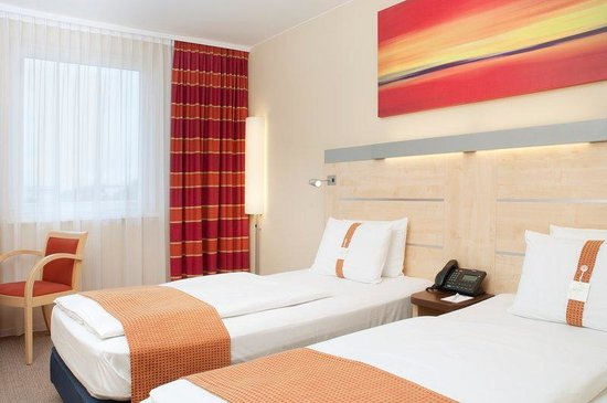Holiday Inn Express Munich Airport: Comfortable double bed rooms with air-conditioning