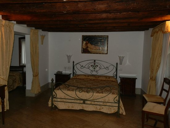 Casa ai Due Leoni: The main bedroom with thick wooden beams on its roof make it very cosy and authentic