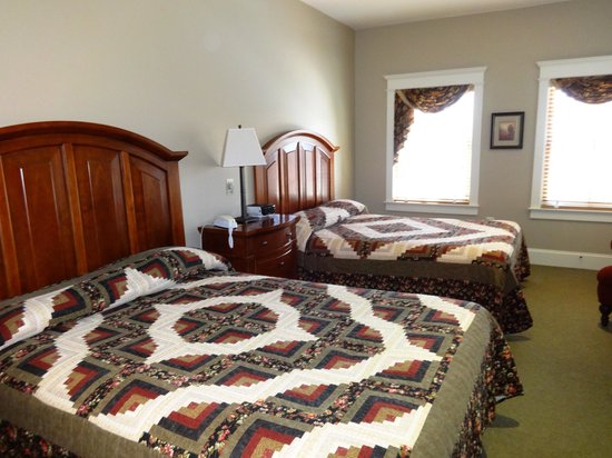Inn at Kitchen Kettle Village: Room 903 - gorgeous quilts and super comfy beds!