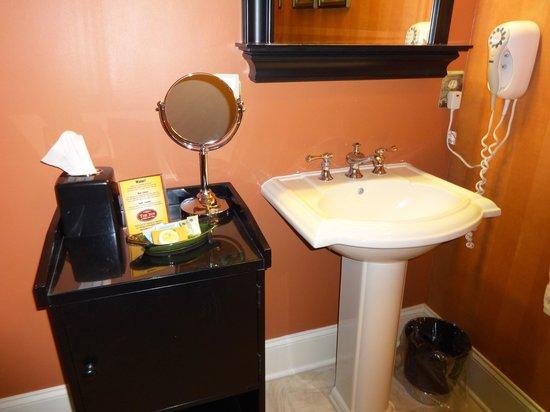 Inn at Kitchen Kettle Village: Bathroom stand.