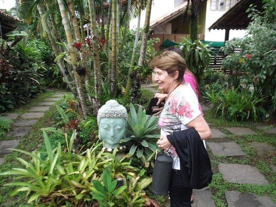 Eliconial: kuky admirando la escultura