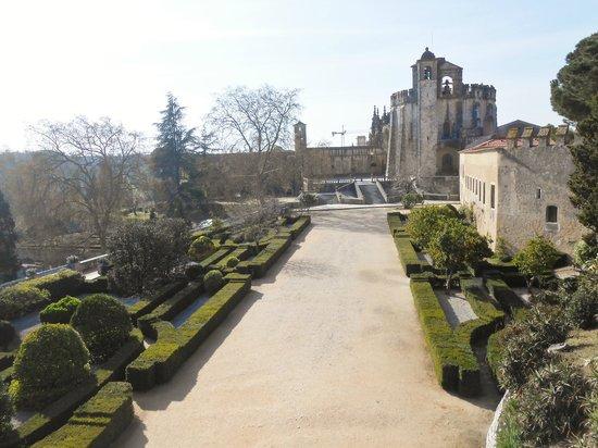 Convento da Ordem de Cristo : Vista da muralha, resquício dos Templários