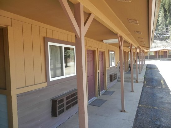 San Juan Motel: Standard rooms outside