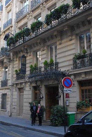 Chambiges Elysees Hotel : Вход в отель (март 2014)