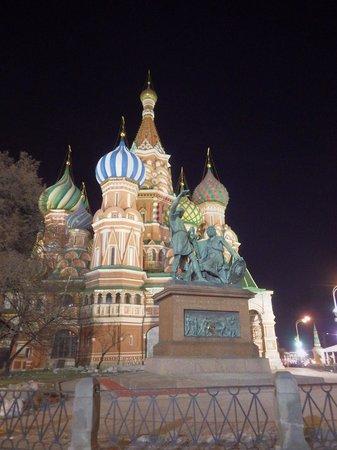 Minin & Pozharsky Monument: Minin-Pozharsky & St. Basil's at Night