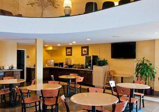 Econo Lodge Inn & Suites : INF