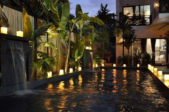 Kia Kaha Villa: Pool at night