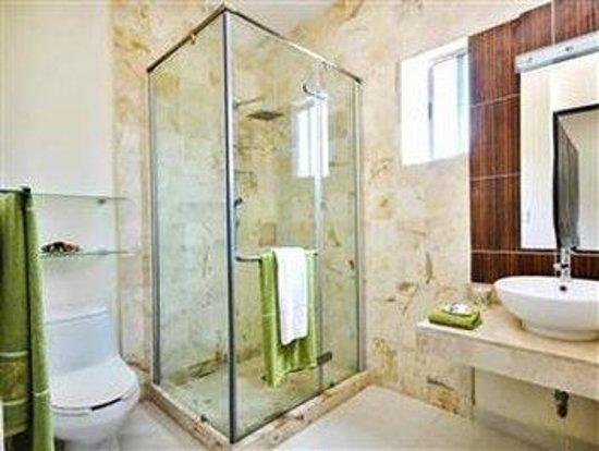 Encanto Riviera Apartments: BATHROOM