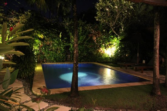 Impiana Private Villas Seminyak : Pool at night