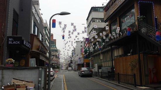 ibis styles Ambassador Seoul Gangnam: Samseoung Specialty Restaurant Row