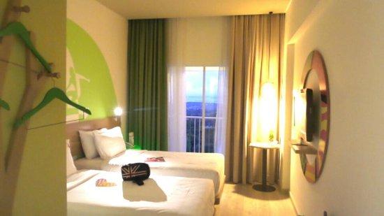 """MaxOneHotels at Bukit Jimbaran : kamar yang tidak begitu luas tapi bersah dan hebat dengan pemandangan yang """"extraordinary"""""""