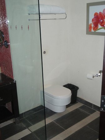 Resorts World Sentosa - Festive Hotel: Toilet cubicle