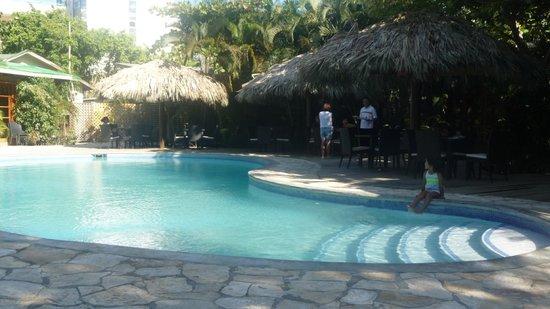 Paradise Beach Hotel: Large pool by the breakfast dining room