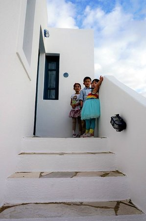 Oia's Sunset Apartments: kids cheering outside room13