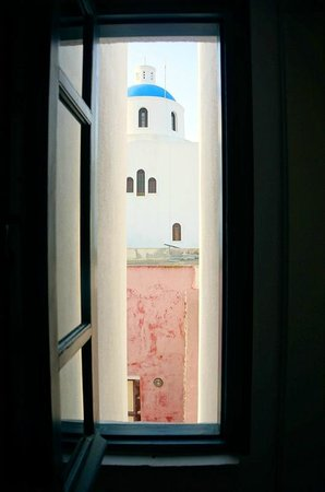 Oia's Sunset Apartments: window near wet room