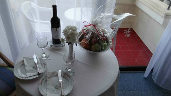 Palm Beach Hotel & Bungalows : Complimentary treat of wine and fruit