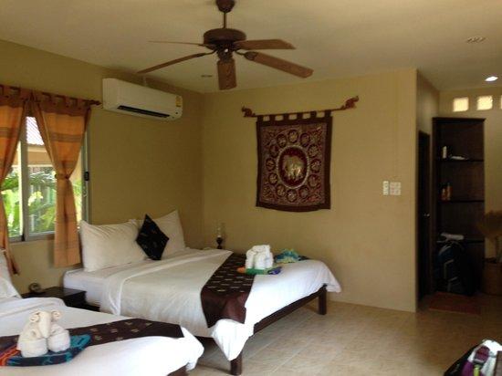 Lanta Castaway Beach Resort: Our seaview room