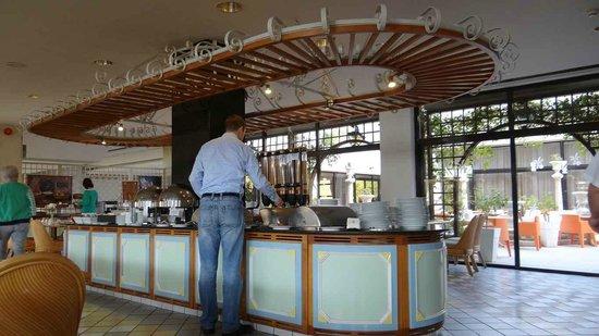 Palm Beach Hotel & Bungalows : Breakfast time