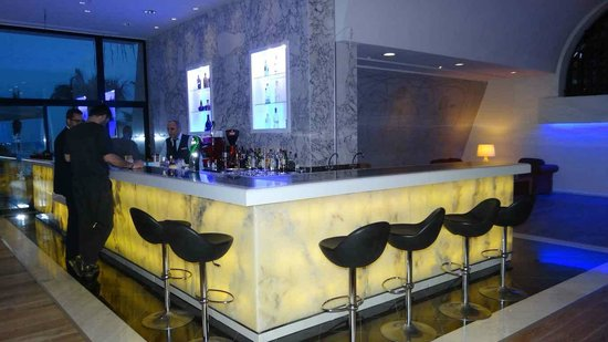 Palm Beach Hotel & Bungalows: The bar by the lounge area