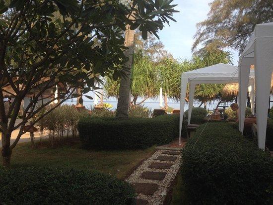 Lanta Castaway Beach Resort : View from breakfast area toward beach