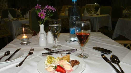 Palm Beach Hotel & Bungalows: Dining