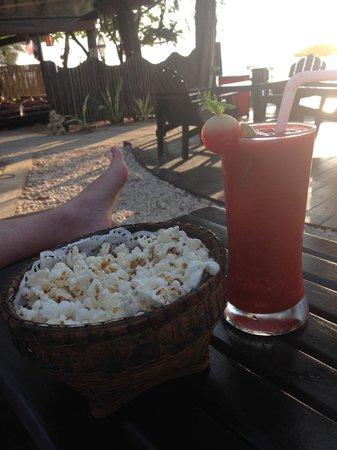 Lanta Castaway Beach Resort: Happy Hour. 120THB cocktails YUM