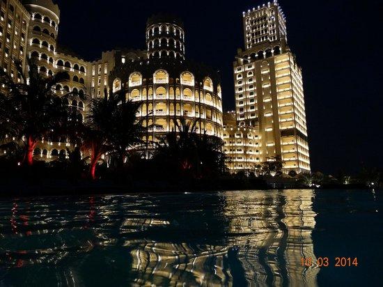 Al Hamra Residence & Village: вечерний вид отеля