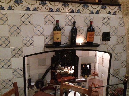 La Taberna del Caracol : Old oven from the original bakery adds to ambience.