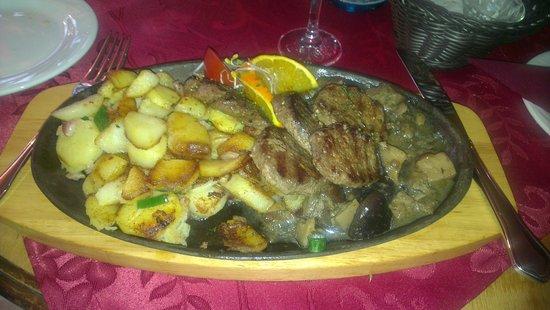 Restaurant Schlossgarten: Wild meats with mushrooms and baked potato