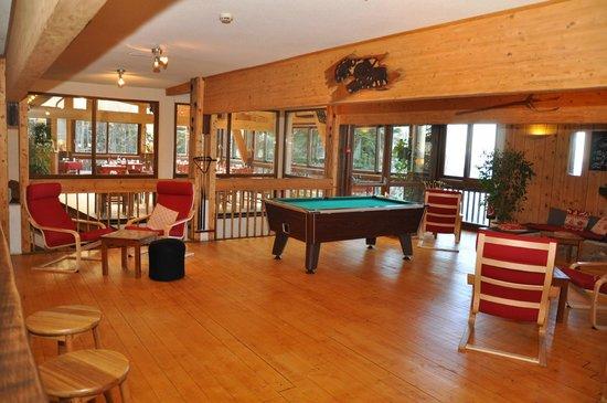 Chalet Club Albarea: le salon bar-billard -cheminée