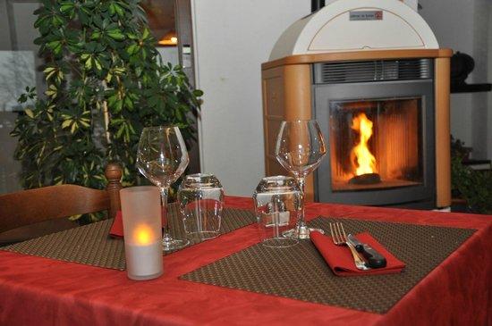 Chalet Club Albarea: Au coin du poêle du restaurant...