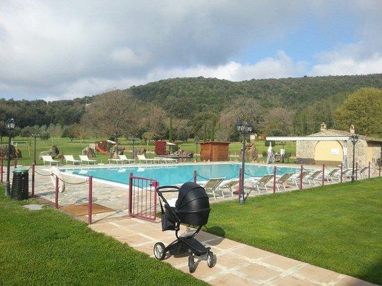 Hotel Casolare le Terre Rosse: La piscina