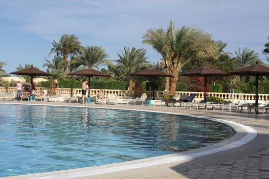 Golden 5 Paradise Resort: У бассейна.