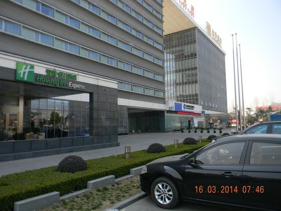 Holiday Inn Express Shanghai New Hongqiao: Front View - Open and sunny frontage