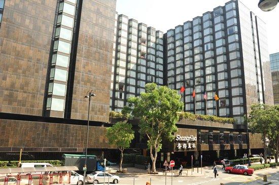 Kowloon Shangri-La Hong Kong: Shangri-La Kowloon--front of the hotel