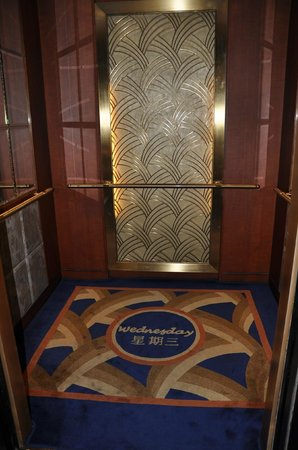 Kowloon Shangri-La Hong Kong : The Shangri-La lift