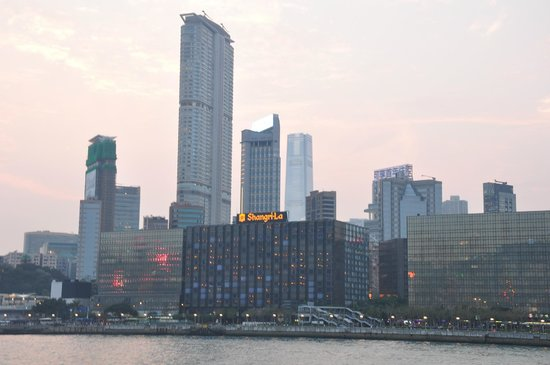 Kowloon Shangri-La Hong Kong : View of the hotel from the Harbour
