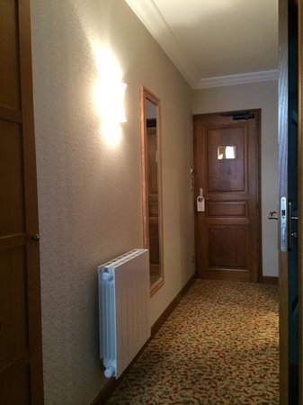 Hotel Croix Blanche: Corridor inside 501 room. Everything is very good quality