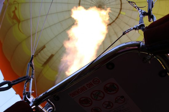 Hot Air Balloon Gold Coast: 出発前は火力全快で気球を膨らませます