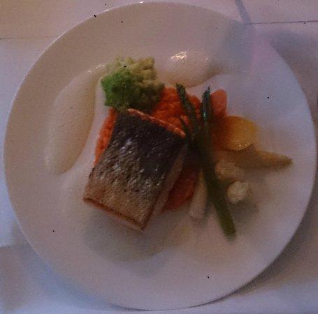 Heyligenstaedt Hotel & Restaurant: Ikarimi Lachs mit Paprika-Risotto und Frühlinsgemüse