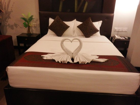 King Grand Suites Boutique Hotel II : Queen bed with towel art