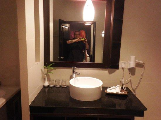 King Grand Suites Boutique Hotel II: Vanity mirror and basin area - bathroom