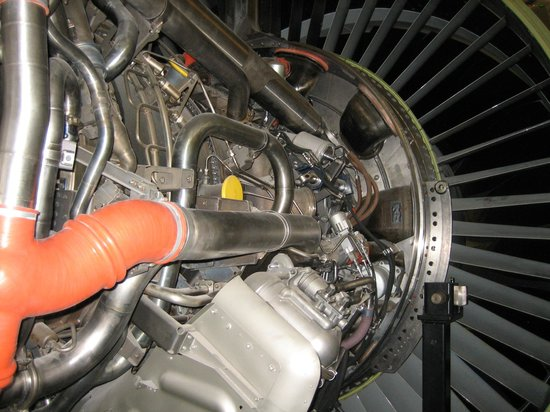 Future of Flight Aviation Center & Boeing Tour: close-up of a Boeing-engine (in the exposition area)