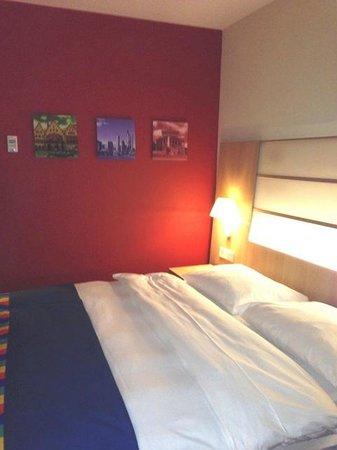 Park Inn by Radisson Frankfurt Airport: Bett und farbige Wand