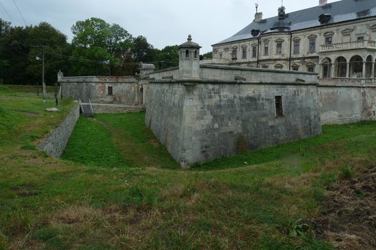 Pidhirtsi Castle: Moat and exterior of the castle