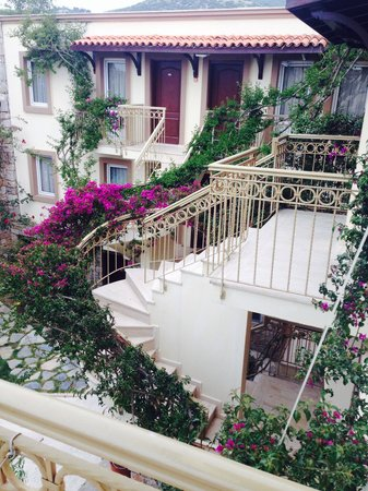 Moonshine Hotel & Suites: The stairway to our apartment so pretty